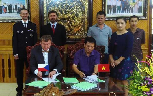 Podpis kontraktu firmy Dřevojas s vietnamským výrobcem sanitární keramiky